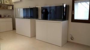 130x55x60h con vano di tracimazione, in vetro extra chiaro, cpmpleto di mobile in legno marino laccato bianco; casa privata